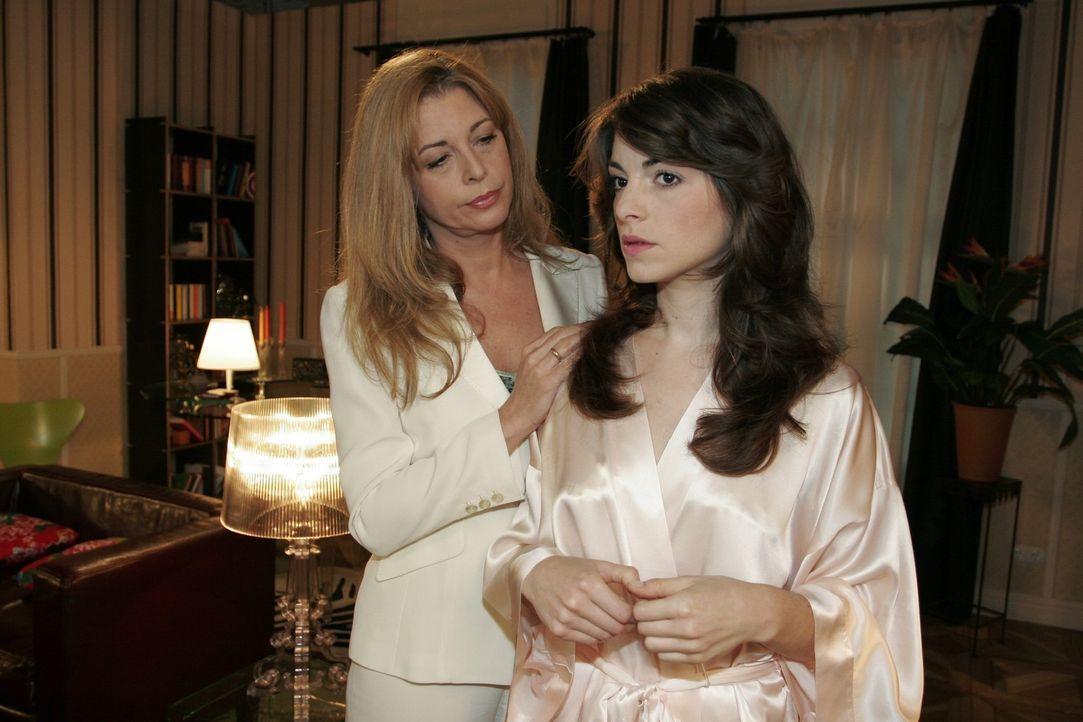Mariella (Bianca Hein, r.) glaubt, dass David die Hochzeit mit ihr gar nicht mehr will. Laura (Olivia Pascal, l.) versucht sie zu beruhigen. - Bildquelle: Sat.1