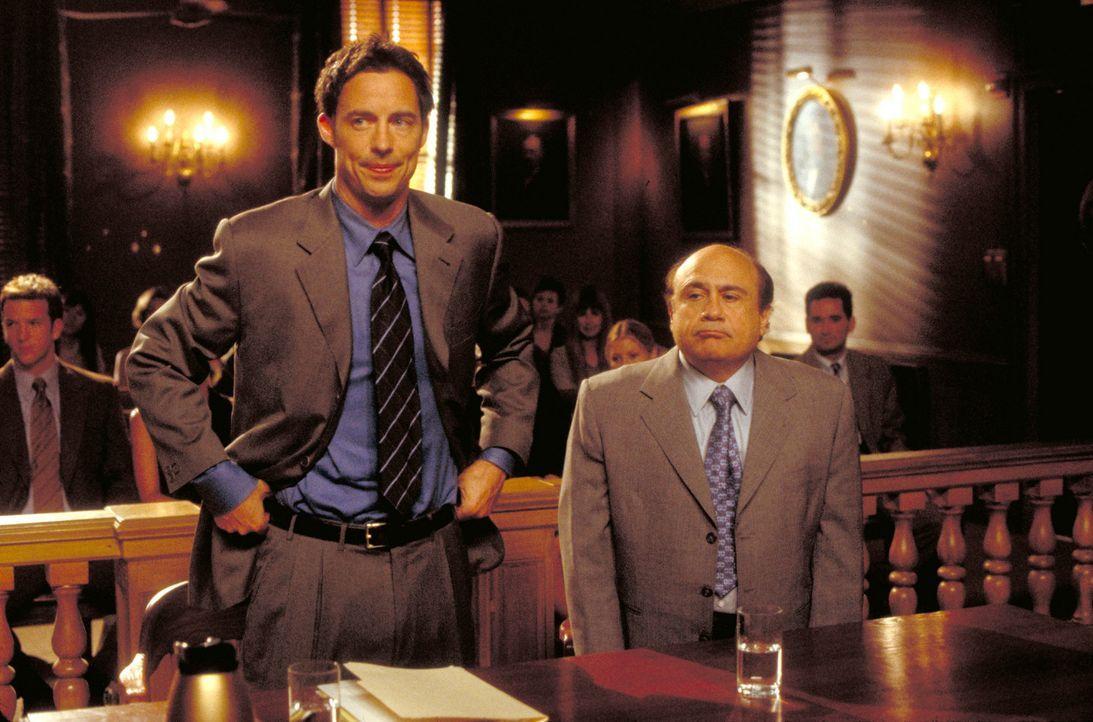 Ed (Tom Cavanagh, l.) übernimmt die Verteidigung von Dr. Jack Carmichael (Danny DeVito, r.) ... - Bildquelle: Paramount