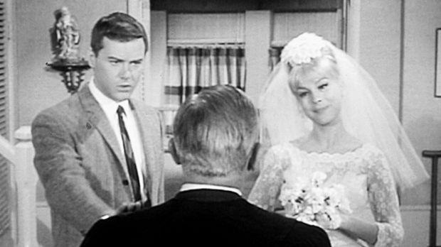 Jeannie (Barbara Eden, r.) will ihren Meister Tony (Larry Hagman, l.) heirate...