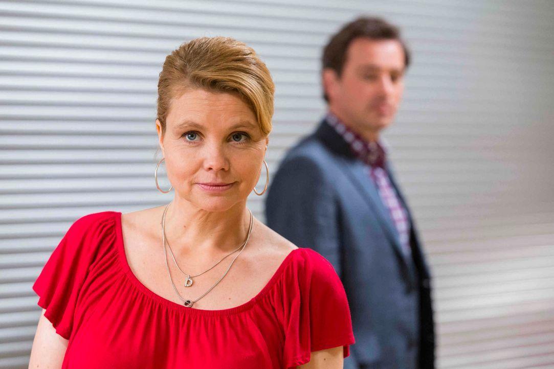 Danni (Annette Frier, l.) kann es nicht glauben, Olli (Jan Sosniok, r.) wird vorgeworfen, eine Kollegin sexuell belästigt zu haben und sie soll ihn... - Bildquelle: Frank Dicks SAT.1