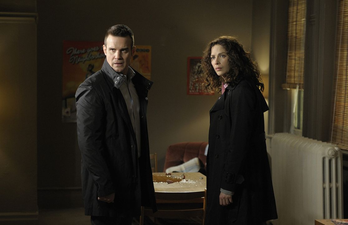 Pete (Eddie McClintock, l.) und Myka (Joanne Kelly, r.) sind in Detroit, um einen als Superheld verkleideten Mann zu finden, der Verbrecher ihrer ge... - Bildquelle: Philippe Bosse SCI FI Channel