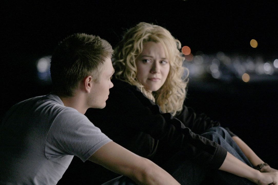 Peyton (Hilarie Burton, r.) ist noch immer völlig fertig wegen der Begegnung mit ihrer Mutter. Lucas (Chad Michael Murray, l.) erzählt ihr dann au... - Bildquelle: Warner Bros. Pictures