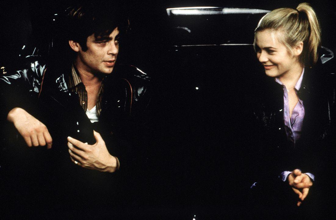 Nicht ahnend, dass Emily (Alicia Silverstone, r.) im Kofferraum des gestohlenen Autos hockt, fährt Vincent (Benicio Del Toro, l.) bei seinen Gauner-... - Bildquelle: Columbia Pictures