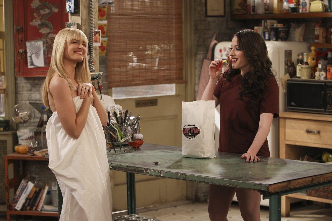 Noch ahnen die beiden nicht, was noch auf sie zukommen wird: Max (Kat Dennings, r.) und Caroline (Beth Behrs, r.) ... - Bildquelle: Warner Bros. Television