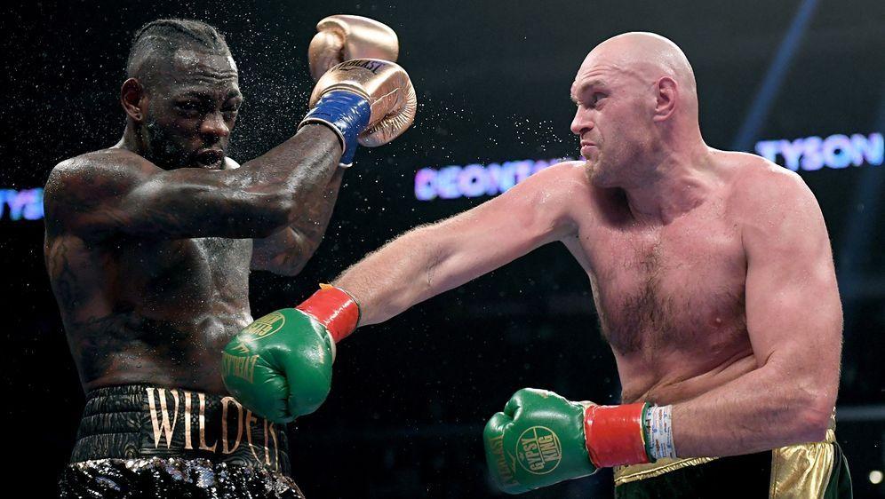 Tyson Fury (re.) ist weiter ungeschlagen - Bildquelle: Getty Images