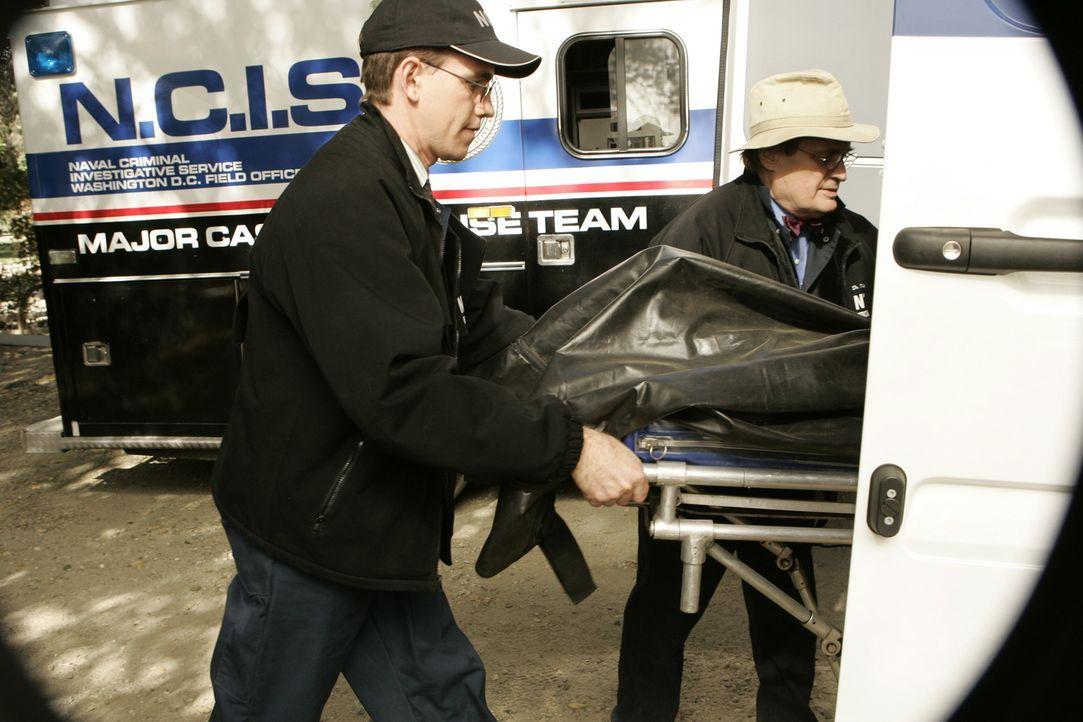 Um festzustellen an was Petty Officer Riley gestorben ist, müssen Jimmy Palmer (Brian Dietzen, l.) und Ducky (David McCallum, r.) eine Obduktion vor... - Bildquelle: CBS Television
