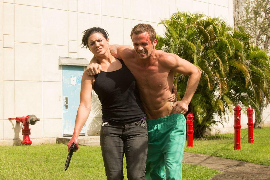 Die Flitterwochen hatten sich Eva (Gina Carano, l.) und Derek (Cam Gigandet, r.) durchaus anders vorgestellt ... - Bildquelle: Francisco Roman ITB Productions, Inc.