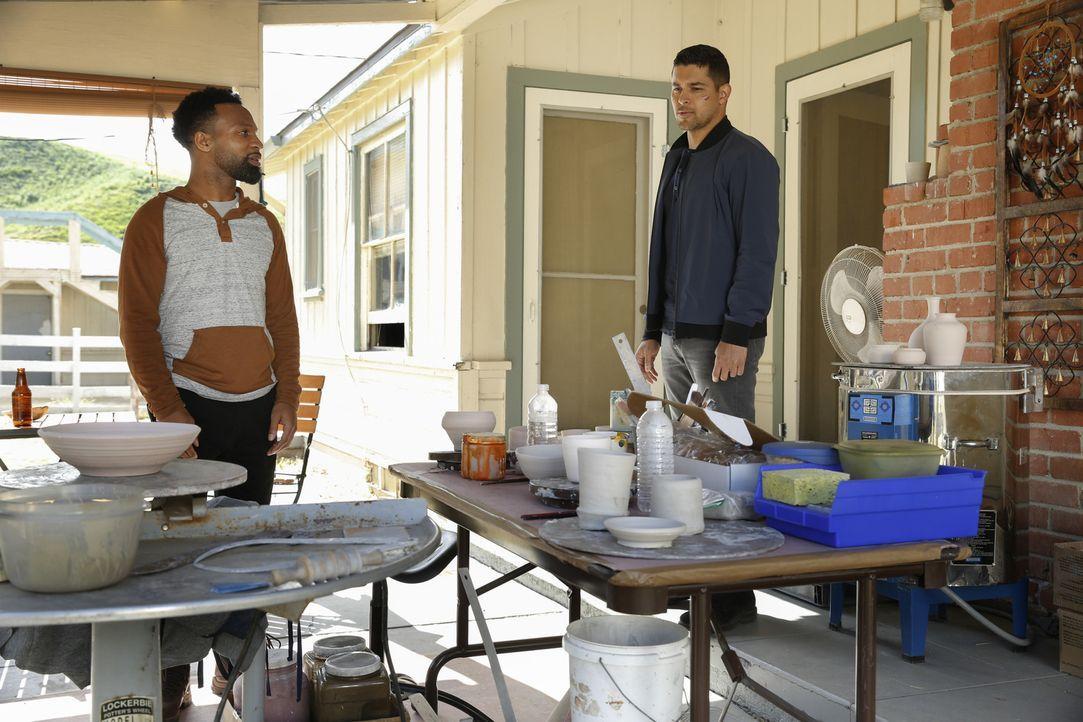 Nick Torres (Wilmer Valderrama, r.) trifft Royce Layton (Johnny Ray Gill, l.) wieder. Hat dieser etwas mit dem Mordfall zu tun? - Bildquelle: 2017 CBS Broadcasting, Inc. All Rights Reserved.
