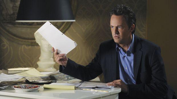 Beim Ordnen der Belege macht Ben (Matthew Perry) eine seltsame Entdeckung ......