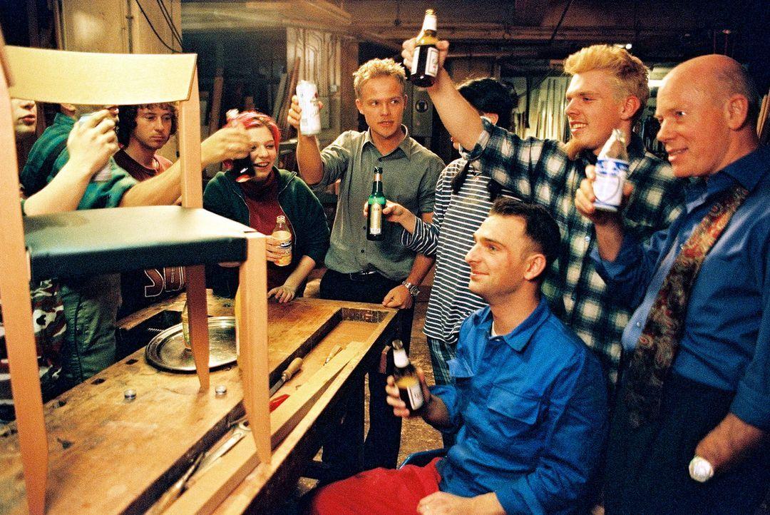 Mit den Mitarbeitern der Möbelwerkstatt feiert Ben (Matthias Koeberlin, M.) die Fertigstellung des neuen Stuhles. - Bildquelle: Sat.1/Degraa