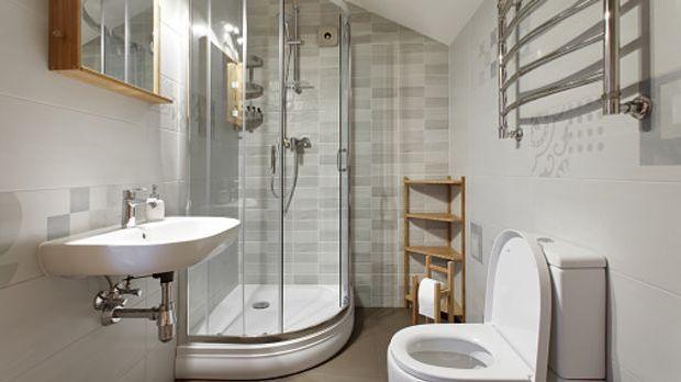 Kleines Bad mit Eckdusche in hellen Tönen