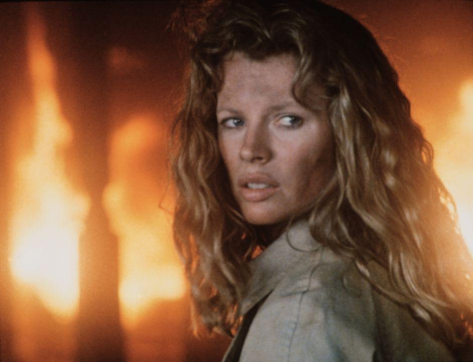 Die schöne Michel (Kim Basinger) wird von dem sadistischen Losado wie eine Sklavin gehalten - bis sie zufällig sieht, wie er einen unschuldigen Po... - Bildquelle: TriStar Pictures