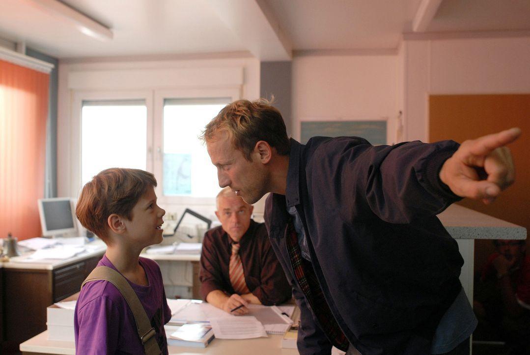 Paul (Wotan Wilke Möhring, r.) ist entsetzt, als er merkt, dass sein Sohn Marten (Paul Zerbst, l.) nicht etwa ein Modellschiff, sondern eine echte F... - Bildquelle: Romano Ruhnau Sat.1