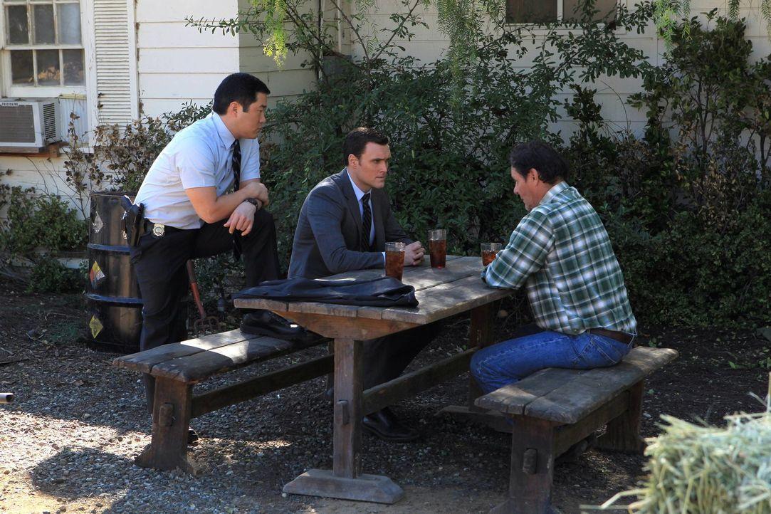 Bei den Ermittlungen in einem neuen Fall stoßen Kimball (Tim Kang, l.) und Wayne (Owain Yeoman, M.) auf Tom Crayhew (Chris Mulkey, r.). Doch was hat... - Bildquelle: Warner Bros. Television