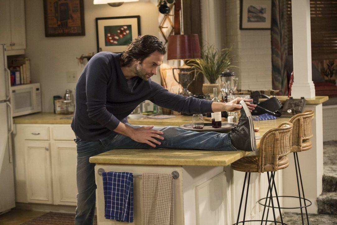 Kurz vor einem besonders akrobatischen Geschlechtsakt, wärmt sich Danny (Chris D'Elia) auf, bis Justin erscheint ... - Bildquelle: Warner Brothers