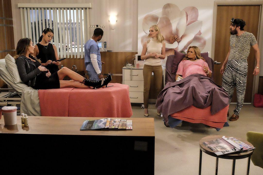 Als die berühmte Vanessa Nibotita (Elizabeth Chambers, l.) und deren PR Assistentin (Victoria Park, 2.v.l.) ausgerechnet bei Sophie (Jennifer Coolid... - Bildquelle: Warner Bros. Television