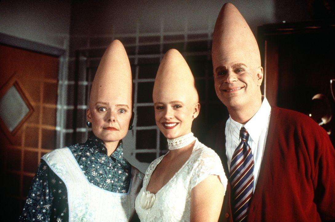 Eine fast normale amerikanische Familie: Die drei sympathischen Coneheads Mutter Prymaat (Jane Curtin, l.), Tochter Connie (Michelle Burke, M.) und... - Bildquelle: Paramount Pictures