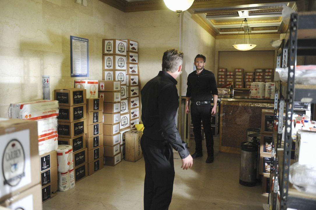 Durch einen Todesfall in der Bar gerät Sean Hotchner (Eric Johnson, r.) mit seinem Kollegen Thane (Sean Maguire, l.) aneinander ... - Bildquelle: ABC Studios