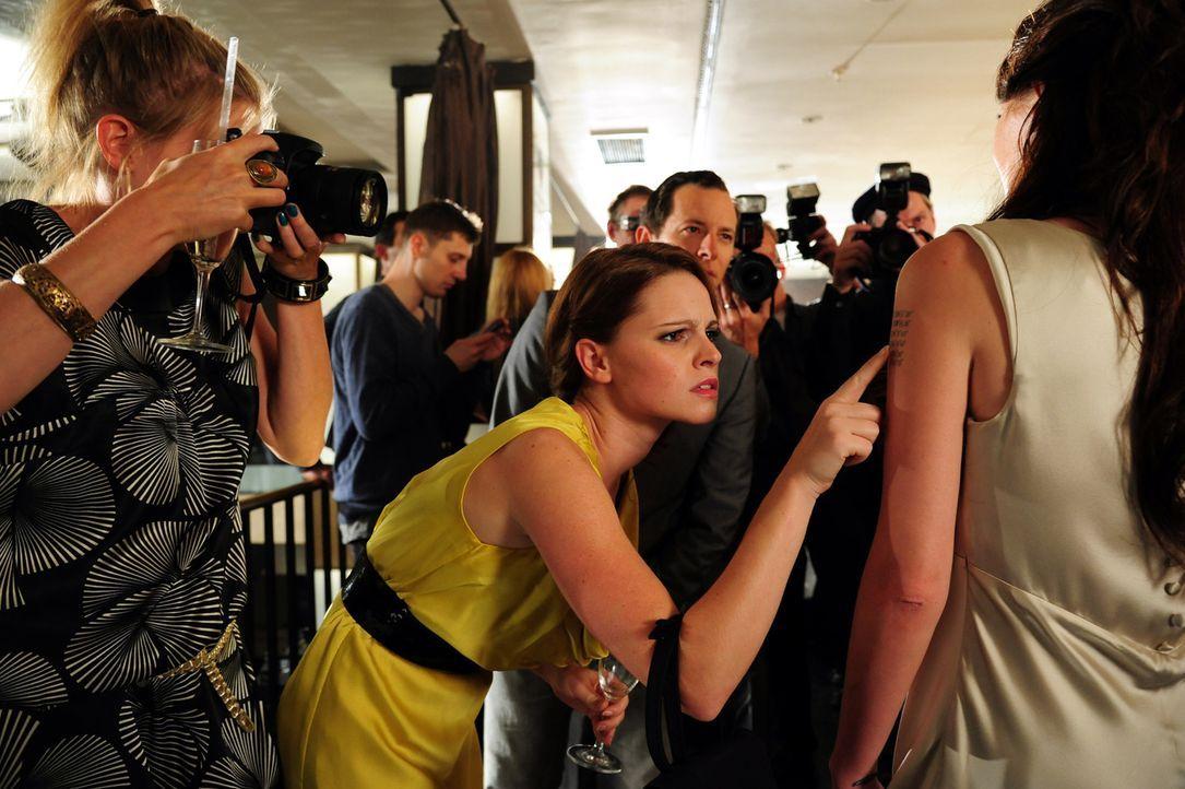 """Promis, Promis, Promis - für Lissie Lensen (Jennifer Ulrich, M.) gibt es nichts Schöneres als Stars und ihre Geschichten. Hier mit """"Angelina Jolie""""... - Bildquelle: Christiane Pausch SAT.1"""