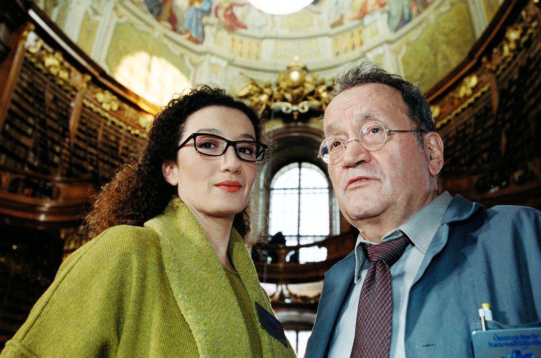 Die Bibliothekarin der Österreichischen Nationalbibliothek, Dr. Alexandra Jungwirth (Konstanze Breitebner, l.), und ihr Kollege, der Archivar Friedr... - Bildquelle: Ali Schafler Sat.1