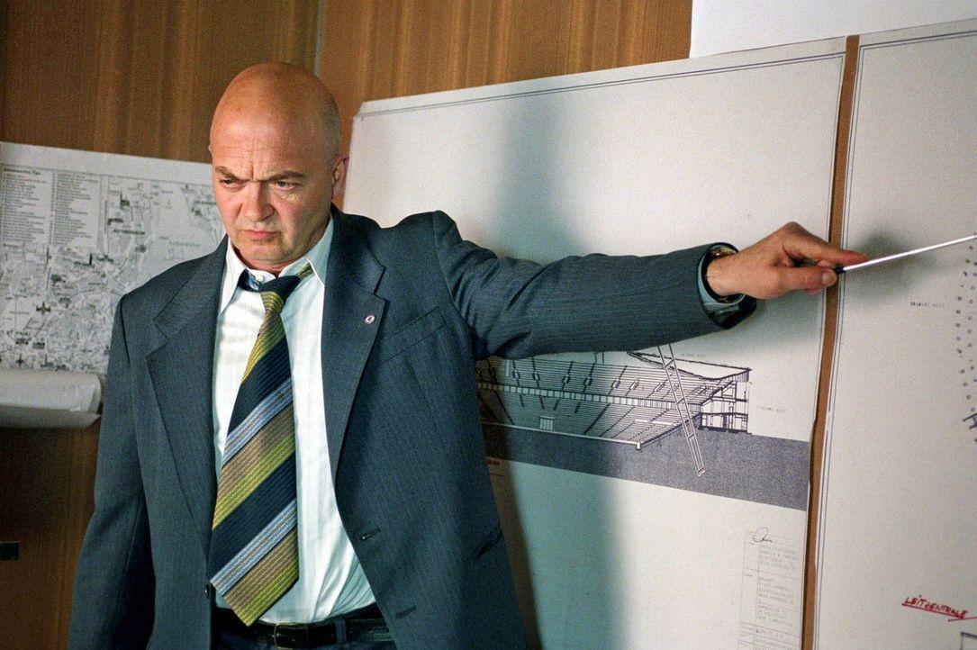 """Hauptmann Pfefferkorn (Florian Martens) erklärt Jenny und Frank die Aktion """"L.E.D.E.R."""" - Bildquelle: Sat.1"""