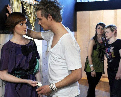 Jenny und Emma sorgen sich um Sophie, die von Ronnie schamlos ausgenutzt wird ... - Bildquelle: Christoph Assmann - Sat1