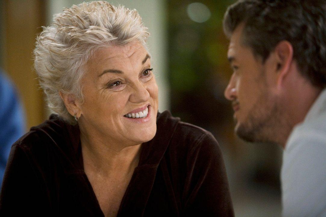Dereks Mutter Carolyn (Tyne Daly, l.) kommt überraschend nach Seattle und trifft Meredith zum ersten Mal, während Mark (Eric Dane, r.) versucht, s... - Bildquelle: Touchstone Television