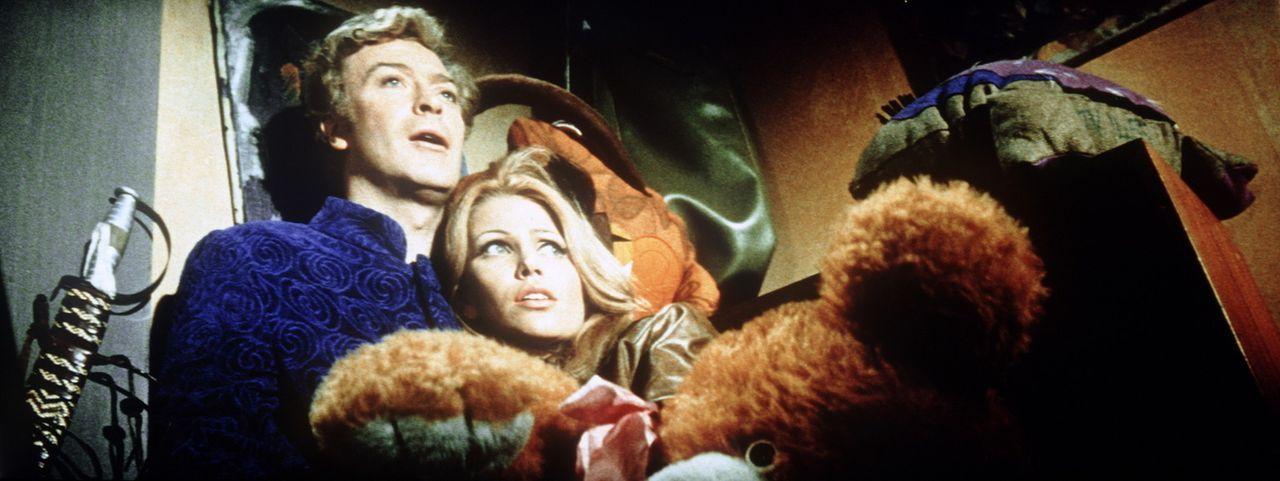 Zwar ist Charlie Croker (Michael Caine, l.) sein Diebesgut am wichtigsten, doch die schöne Lorna (Margaret Blye, r.) steht gleich an nächster Stel...