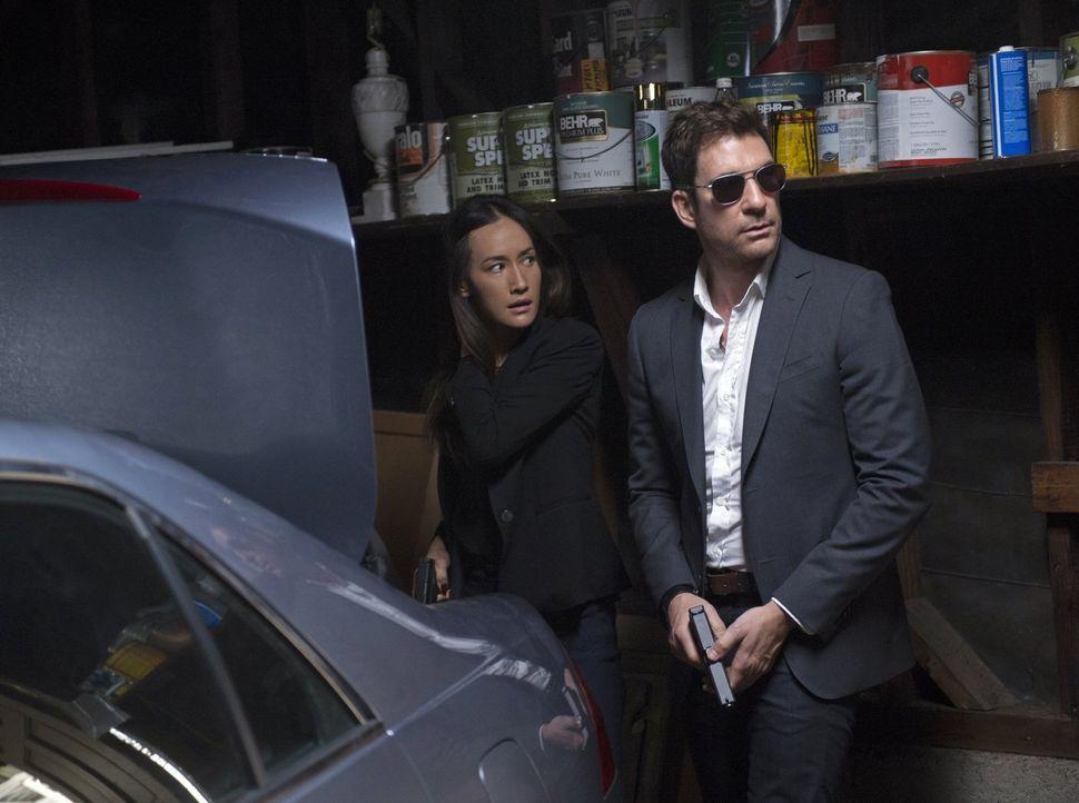Beth (Maggie Q, l.) und Jack (Dylan McDermott, r.) sind auf der Suche nach einem Serien-Stalker, der die Phobien seiner Opfer kennt, sie in die für... - Bildquelle: Warner Bros. Entertainment, Inc.