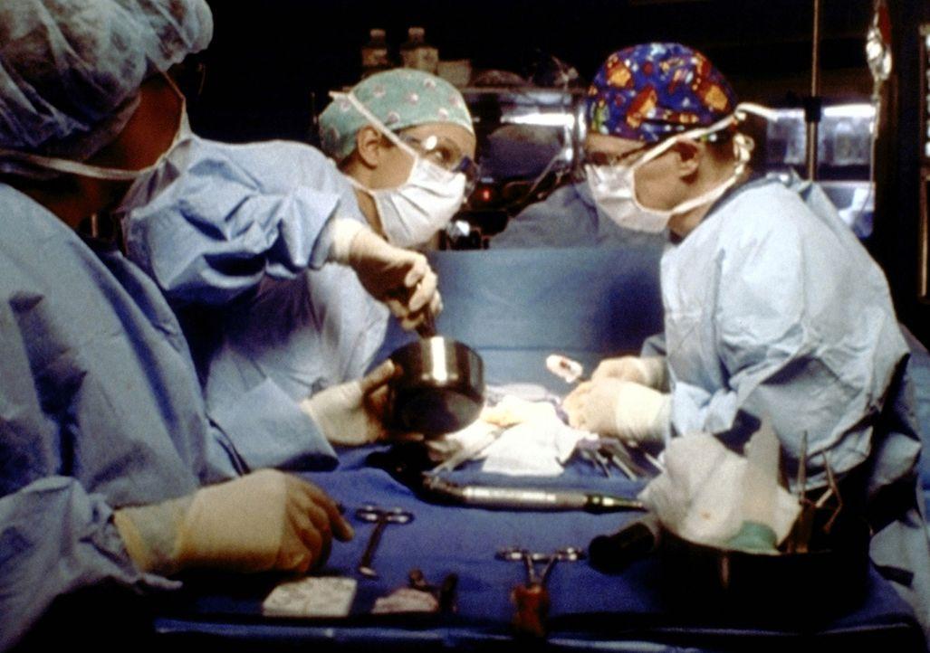 Die junge Shannon hat sich bei einem Autounfall einen Rückenwirbel gebrochen. Ob Romano (Paul McCrane, r.) und Corday (Alex Kingston, 2.v.l.) sie vo... - Bildquelle: TM+  2000 WARNER BROS.
