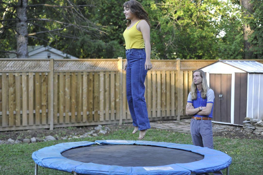 Fröhlich und unbeschwert springt die 15-jährige Nadine Grimes (l., Gwenlyn Cumyn) im Garten Trampolin - nichtsahnend, dass sie bald kaltblütig ermor... - Bildquelle: Jag Gundu Cineflix 2012