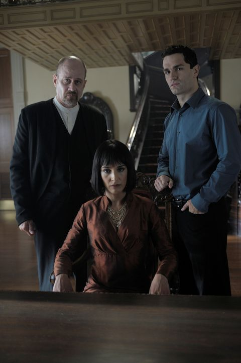Hegeman (Terry Kinney, l.) hat einen ganz besonderen Auftrag von der Mutter (Deena Aziz, M.), damit aus Aidan (Sam Witwer, r.) ein anständiger Vampi... - Bildquelle: Phillipe Bosse 2012 B.H. 2 Productions (Muse) Inc. ALL RIGHTS RESERVED.