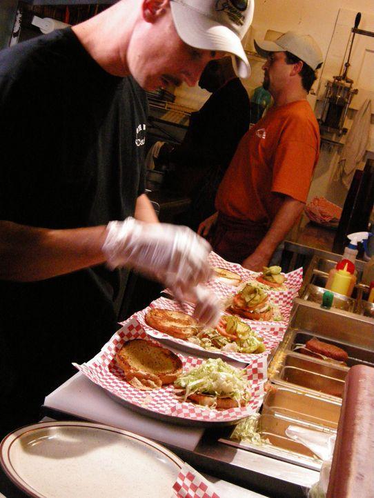 Adam Richman reist auf der Suche nach kulinarischen Perlen durch ganz Amerika. Diesmal widmet er sich dem Burger, der auf der ganzen Welt geliebt wi... - Bildquelle: 2008, The Travel Channel, L.L.C.