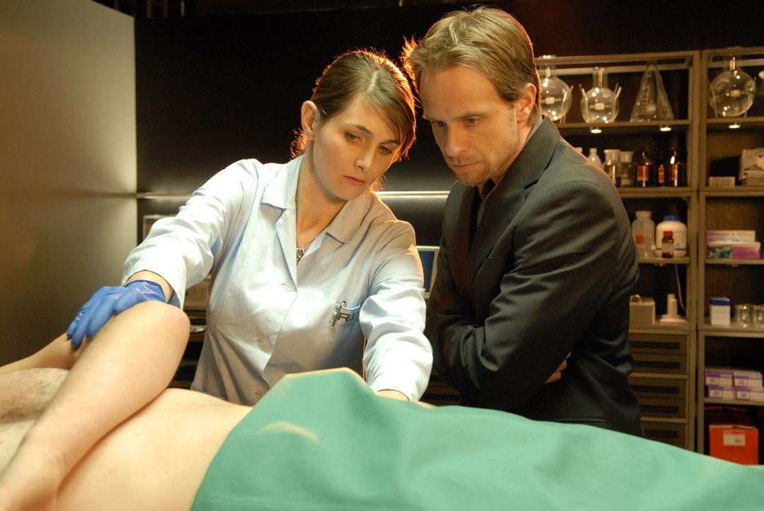Bei der Obduktion von Gemparts Leiche stellen Dr. Stefanie Peters (Nicole Marischka, l.) und Philip (Julian Weigend, r.) anhand des Einschuss- und A... - Bildquelle: Christoph Assmann Sat.1