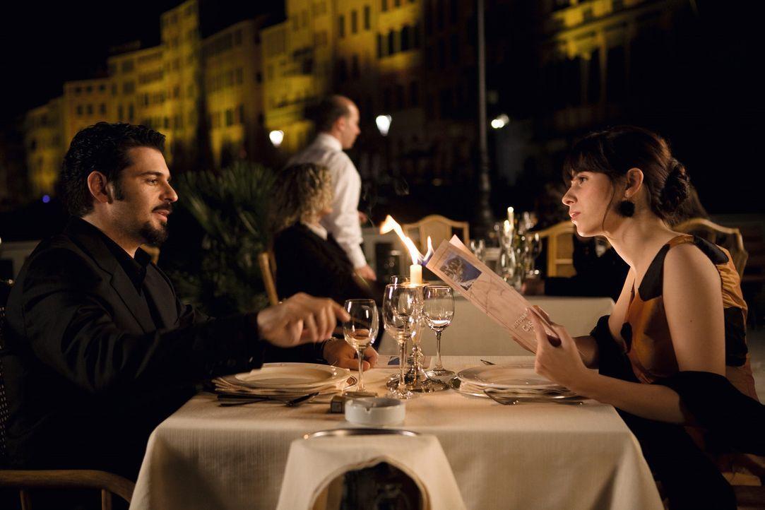 Als Toni (Rick Kavanian, l.) den Auftrag erhält, den ehemaligen Mafioso und Autor Enrico Puzzo aus dem Weg zu räumen, um die Veröffentlichung von... - Bildquelle: Warner Brothers