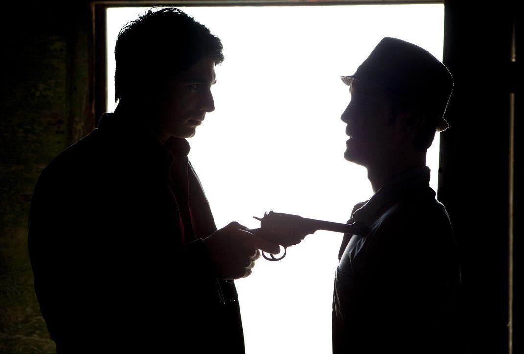 Detektiv Dylan Dog (Brandon Routh, l.) gerät mit seinem Assistenten Marcus (Sam Huntington, r.) in einen mörderischen Krieg zwischen Vampiren und We... - Bildquelle: Kinowelt GmbH