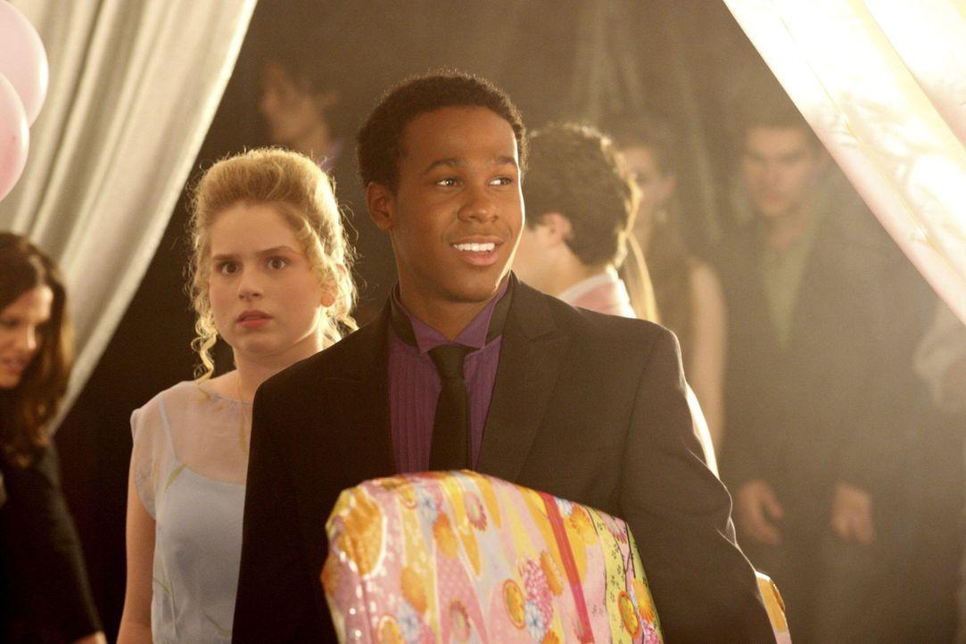 Sind von Tessas Party total überrascht: Lisa (Allie Grant, l.) und Malik (Maestro Harrell, r.) ... - Bildquelle: Warner Bros. Television