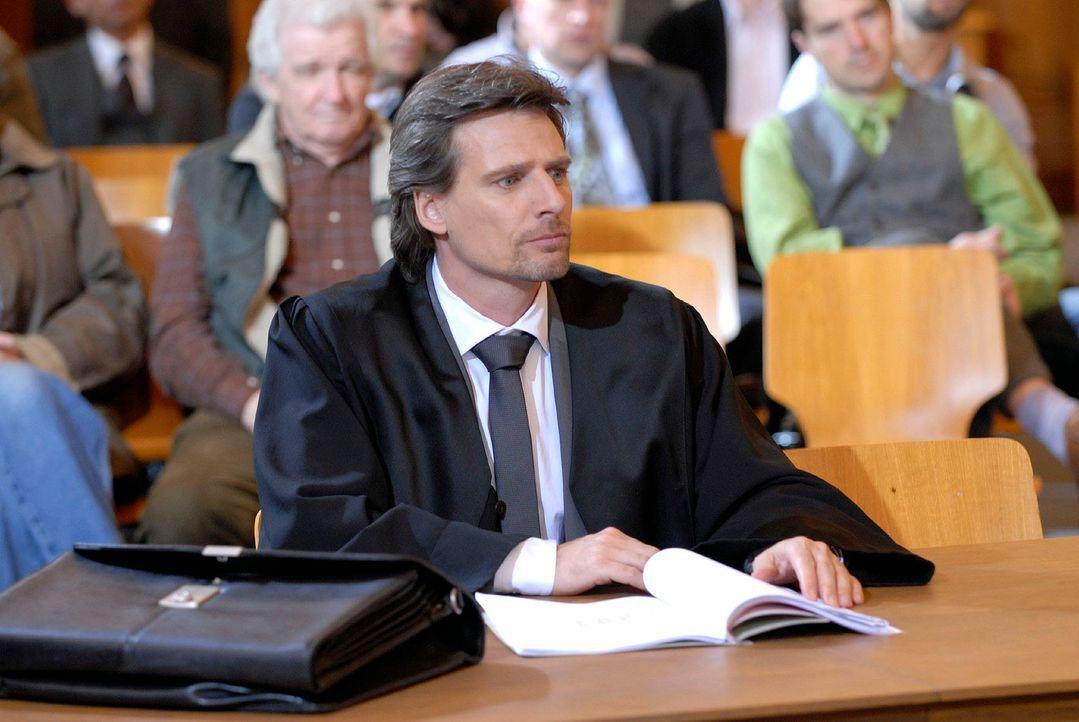 Alex (René Steinke) zieht vor Gericht alle Register, um dem Taubenzüchter Braun zu seinem Recht zu verhelfen ... - Bildquelle: Christoph Assmann Sat.1