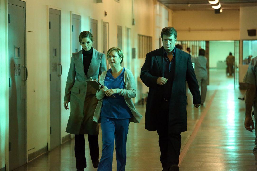 Kann Krankenschwester Lockhart (Romy Rosemont, M.) Richard Castle (Nathan Fillion, r.) und Kate Beckett (Stana Katic, l.) bei den Ermittlungen in ei... - Bildquelle: ABC Studios