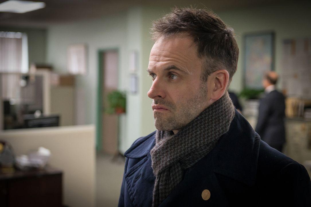 Plötzlich selbst unter Verdacht: Holmes (Jonny Lee Miller) soll in der Hochphase seines Drogenkonsums eine Frau ermordet haben ... - Bildquelle: CBS Television