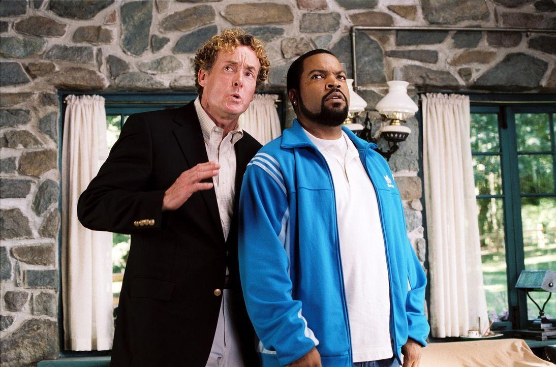 Geschickt dreht der charismatische Makler Chuck Mitchell, Jr. (John C. McGinley, l.) Nick Persons (Ice Cube, r.) ein ziemlich renovierungsbedürftig... - Bildquelle: 2007 Revolution Studios Distribution Company, LLC. All Rights Reserved.