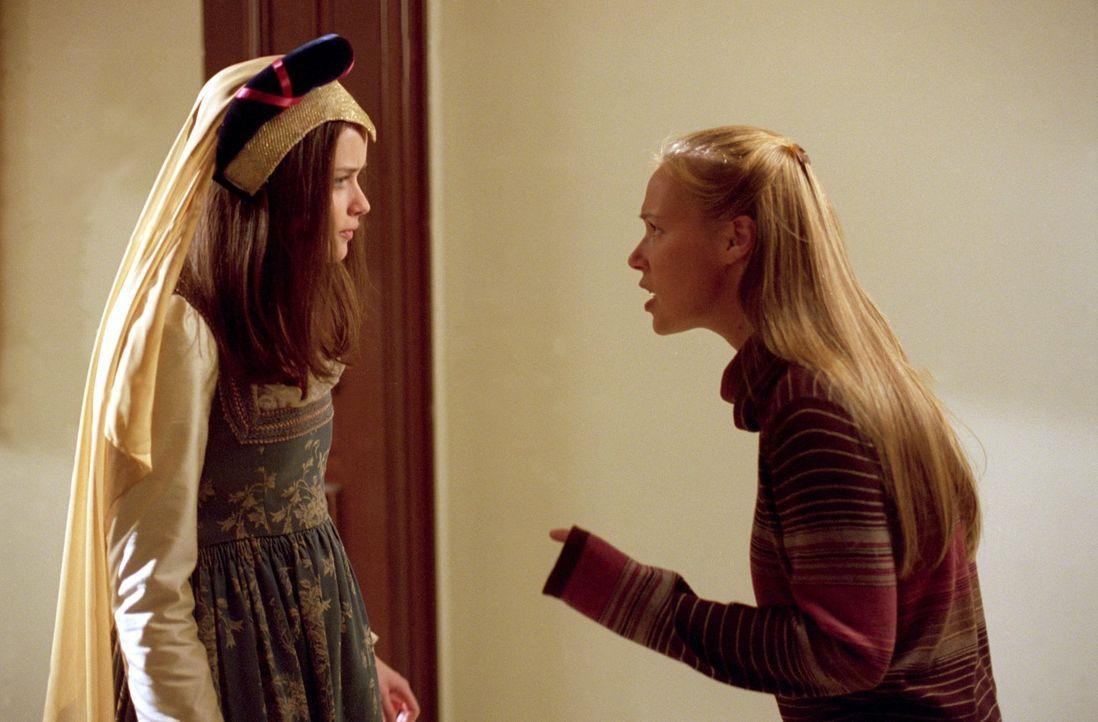"""Rory (Alexis Bledel, l.) und Paris (Liza Weil, r.) sollen in dem Theaterstück """"Romeo und Julia"""" mitspielen, doch das sorgt für einige Probleme, als... - Bildquelle: 2001 Warner Bros. Entertainment, Inc."""