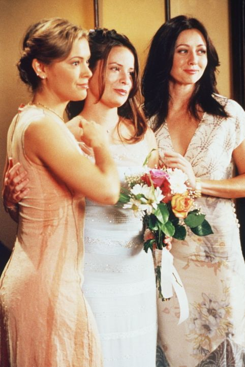 Phoebe (Alyssa Milano, l.) und Prue (Shannen Doherty, r.) sind Pipers (Holly Marie Combs, M.) Brautjungfern. - Bildquelle: Paramount Pictures