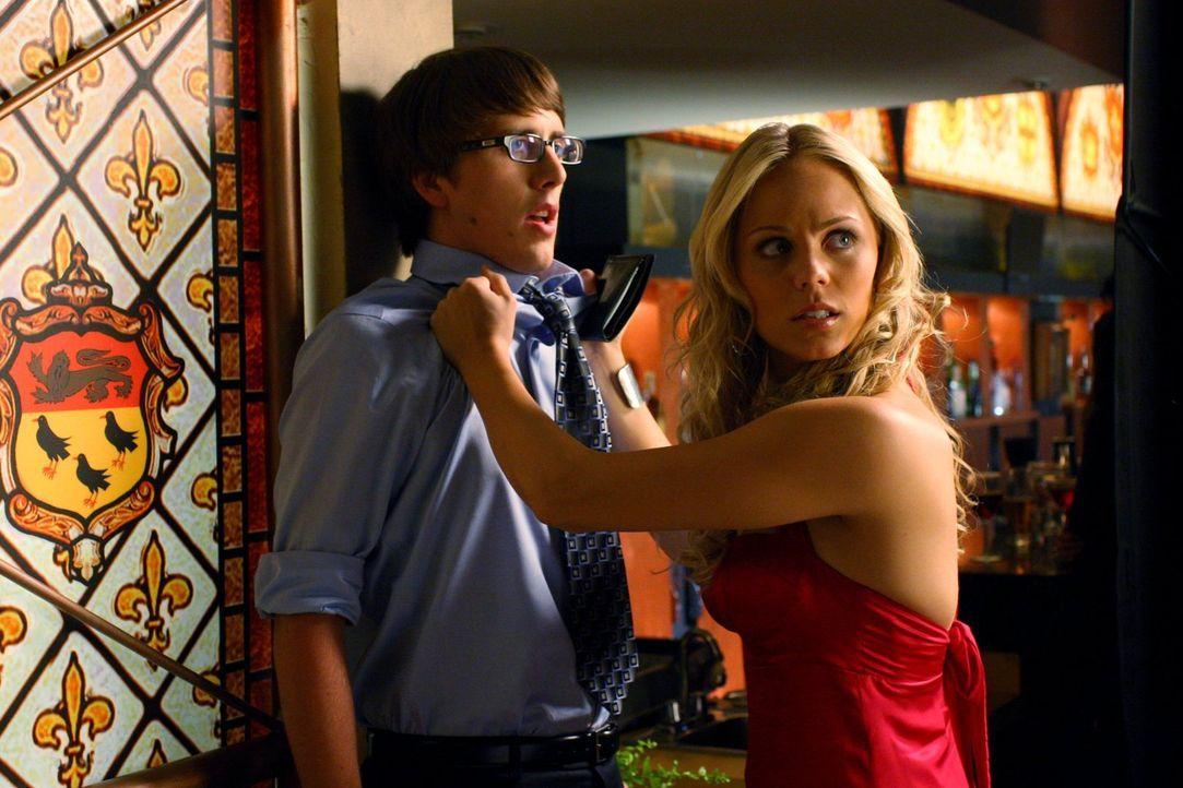 Um in das Heimatschutzministerium einzudringen, muss Kara (Laura Vandervoort, r.) nicht nur an einem Special-Agent (Chris Kelly, l.) vorbei ... - Bildquelle: Warner Bros.
