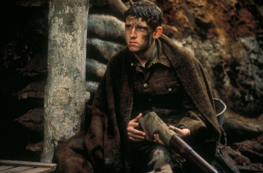 Für immer gezeichnet: Der erst 16-jährige, idealistische Charlie Shakespeare (Jamie Bell) versteckt sich in einem mit Leichen übersäten Graben ... - Bildquelle: F.A.M.E. AG