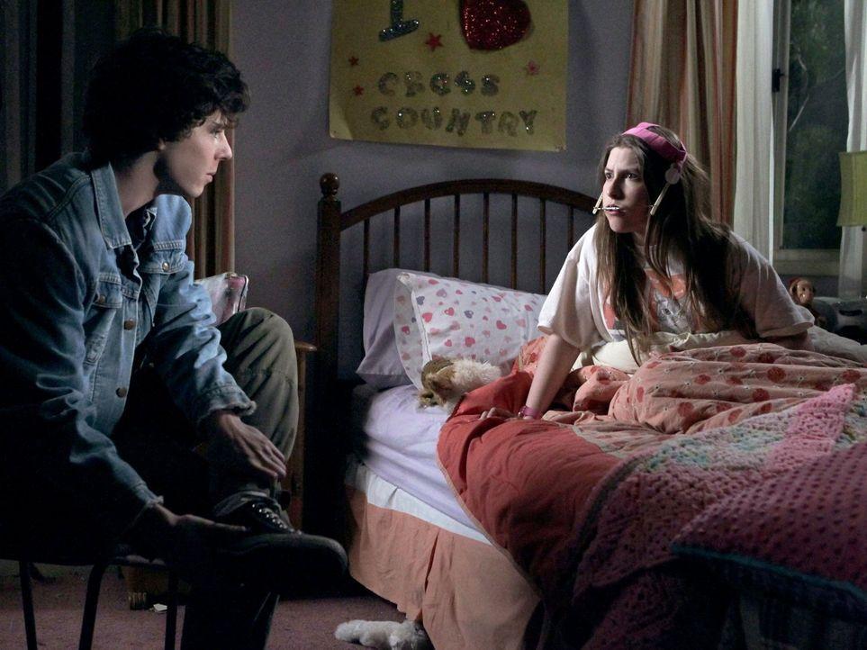 Weil Axl (Charlie McDermott, l.) sich nachts verbotenerweise aus dem Haus geschlichen hat, droht Sue (Eden Sher, r.) damit, ihn bei ihren Eltern zu... - Bildquelle: Warner Brothers