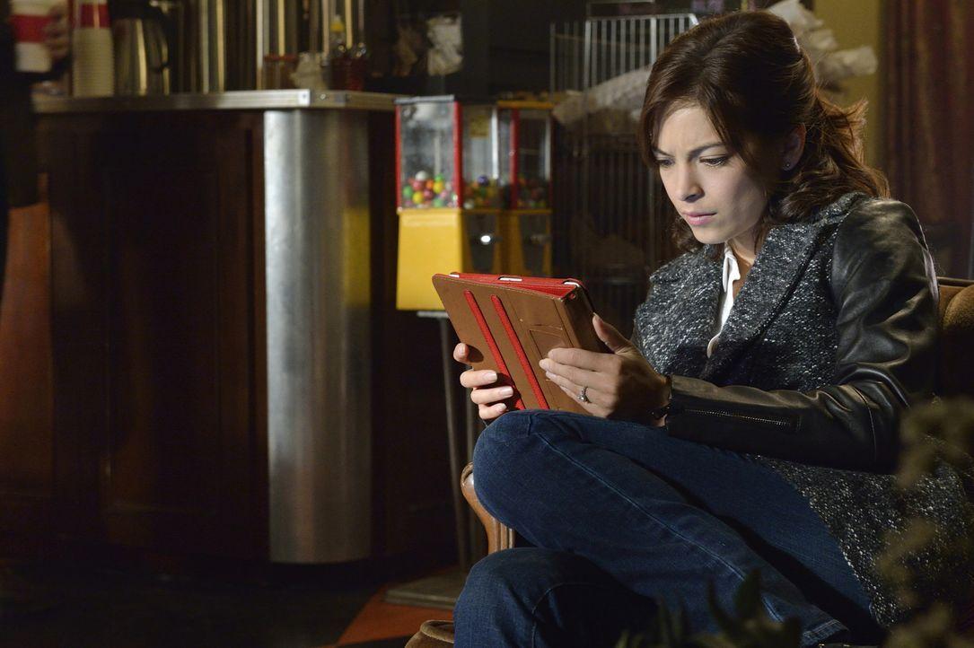 Bildet Catherine (Kristin Kreuk) sich wirklich nur ein, Carol ständig in ihrer Nähe zu sehen oder ist die Scharfschützin hinter ihr her? - Bildquelle: Ben Mark Holzberg 2015 The CW Network, LLC. All rights reserved.