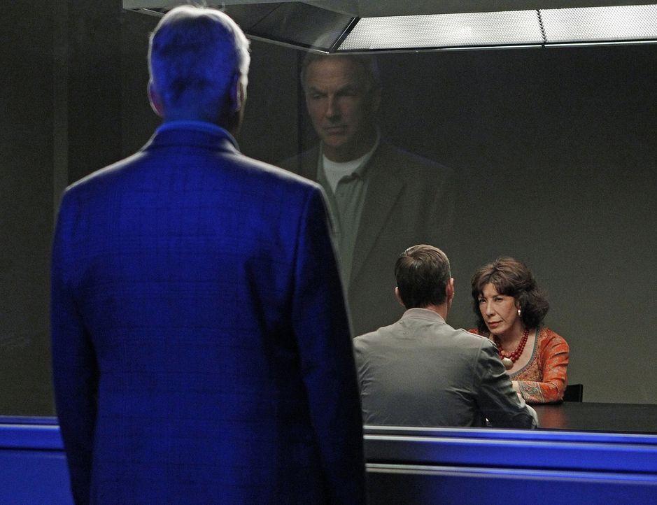 Gibbs (Mark Harmon, l.) und sein Team müssen den Mord an einem Offizier untersuchen, der an einem Geheimprojekt gearbeitet hat. Für McGee (Sean Murr... - Bildquelle: CBS Television