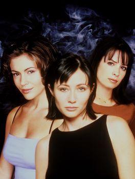 Charmed - (1. Staffel) - Phoebe (Alyssa Milano, l.), Prue (Shannen Doherty, M...