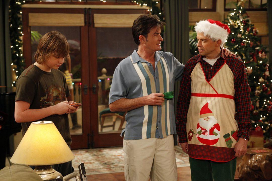 Jake (Angus T. Jones, l.) interessiert sich für ein neues Mädchen, zögert jedoch, weil er ein schlechtes Gewissen wegen seiner über die Feiertage ve... - Bildquelle: Warner Brothers